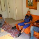 Nach einem anstrengenden Tag wird es sich in der Wohnkueche gemuetlich gemacht(v.l.n.r. Caspar, Timo und Lui)
