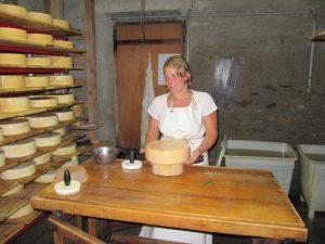 Clara darf auch mal in den Käsekeller