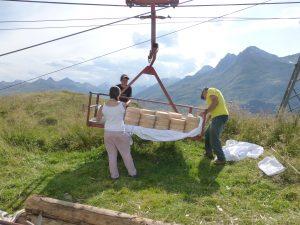 Der Käse geht per Seilbahni ins Tal